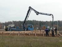 Заливка фундамента с помощью бетононасоса